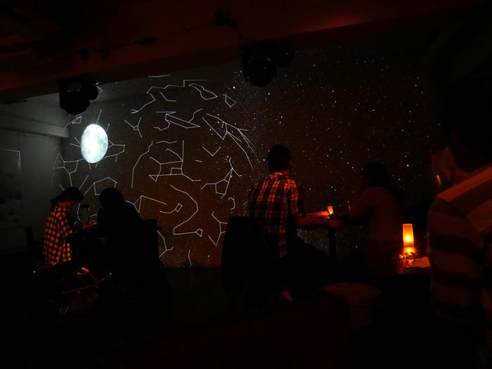 """星ソムリエさんがいるカフェ・スピカ(大阪市/ 中央区)・・・ """" 星空をエンターテイメントに """" をコンセプトに店内はプラネタリウムで星がいっぱい!お店では星のお話しが聞けますよ!星ソムリエさんがいるのも魅力的ですね。天体観測が大好きな方も、そうでない方も、ぜひ屋上でできる天体観測を体験してみて!壮大な星のエンターテイメントが楽しめますよ!"""