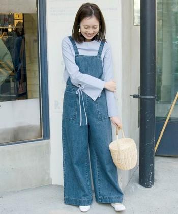ワイドサロペットとかごタイプのバケツバッグの組み合わせは、春の行楽にぴったりの装いですね。