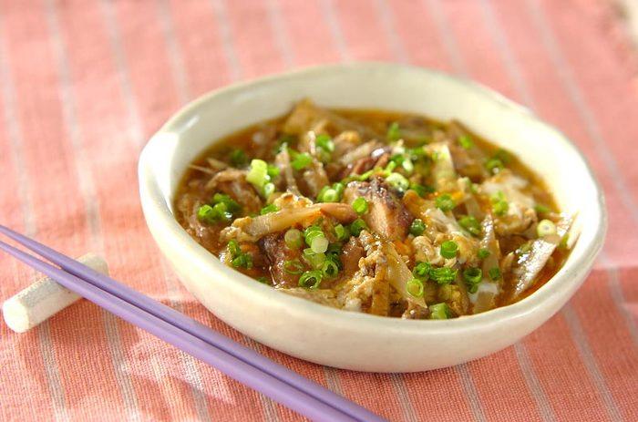 サバとゴボウは相性抜群の組み合わせ。濃いめの味付けでごはんが進むレシピです。カットした細ネギをたっぷり散らすと見栄え良く仕上がりますね。日本酒の肴にしてもいいですよ♪