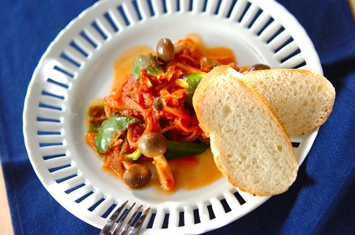 シメジ、玉ねぎ、ピーマンと一緒にトマト煮にしたサバ缶レシピ。バゲットを添えれば、メインのお食事にもワインに合うおつまみにもなりますよ。