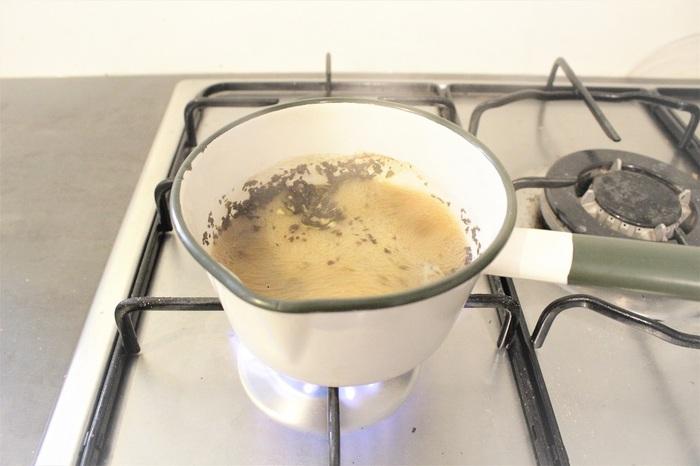 時にはアイスロイヤルミルクティーも美味しいですね。ホットと同じように、多めの茶葉を煮立たせます。氷で薄まってしまわないよう、きちんと煮立てるのがコツ。およそ3分、強火でしっかり沸騰させましょう。蒸発分を考え、カップの8分目ほどのお湯を使うのもポイントです。
