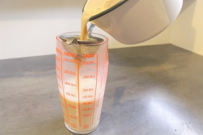 茶こしでグラスなどに注ぎ入れます。熱いので気を付けてくださいね。