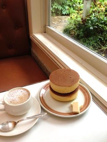飲食店は、1.小町通から鶴岡八幡宮周辺、 2.鎌倉駅周辺と若宮大路近辺を紹介します。  モーニング実施の店も入っていますので、早起きして鎌倉で朝食を頂いてから午前中に歩き、電車が混まない内に帰路についても良いでしょう。 【画像は「イワタコーヒー店」。庭を眺めながら、名物の「ホットケーキ」ゆったりと味わって。】