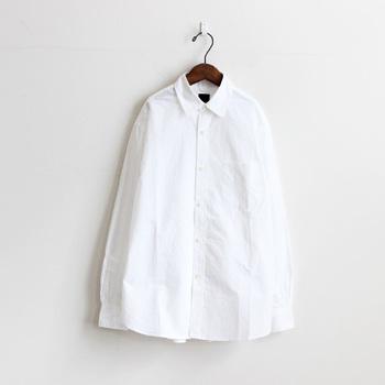 ストレートタイプさんには綺麗にアイロンがけされた、「コットン100%のシャツ」がおすすめ。 こちらは、「maillot(マイヨ)」のハイカウントブロードレギュラーシャツ。ハリ感のあるコットン100%のタイプライター生地で着心地も抜群。ゆったりとしたドロップショルダータイプでトレンド感も。