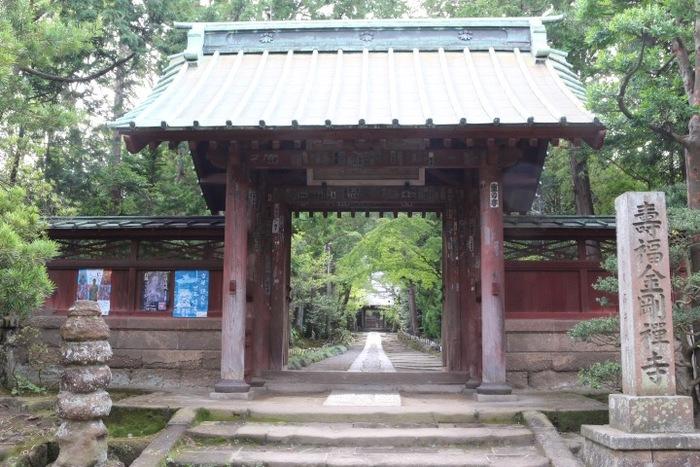 鎌倉駅から歩いて10分程にある「寿福寺」は、臨済宗建長寺派の寺の一つ。鎌倉五山の第三位の名刹です。頼朝の死後に、栄西を招き、北条政子が創建しました。【画像は、寿福寺の総門】