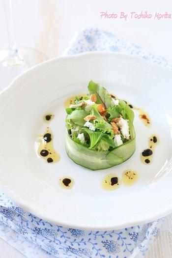 先程、ご紹介したリボンサラダのようにキュウリをリボン状にして、セルクル風に!お洒落な器に盛り付ければ、素敵な前菜にもなりますね。