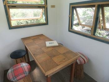 小さなツリーハウスでのんびり・・・丸い椅子が可愛いですね。テーブルは1つ。少年少女の憧れと夢がここにあります。ランチタイムが終わる14時以降なら、飲み物やお料理も楽しめますよ!