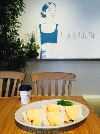 la kagu内にあるカフェLA MADRAGUEで休憩も◎おすすめは「コロナの玉子サンド」。京都「洋食コロナ」から受継いだ、びっくりするほど分厚い玉子サンドです!
