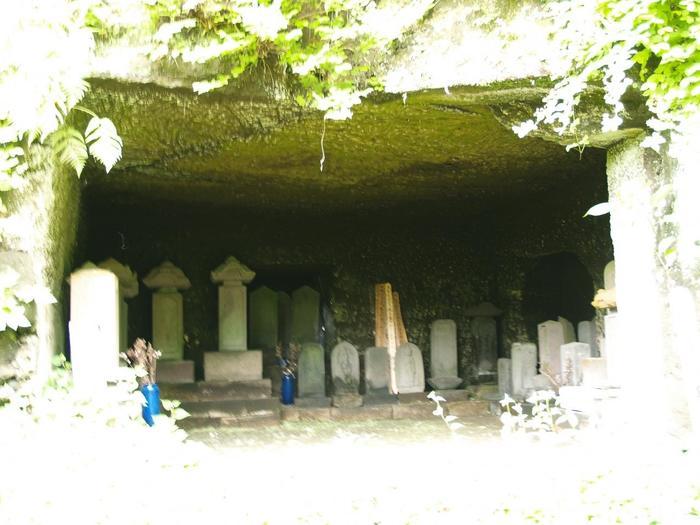 寿福寺の裏手に北条政子と源実朝の墓があります。山中の静かな墓地には、ツバキや水仙が咲きます。  *「やぐら」とは、鎌倉中期から室町前期にかけて作られた、鎌倉で散見される、横穴式の納骨窟です。現在は岩肌そのままの洞穴ですが、当時は豪華な内装が施されていたと云われています。