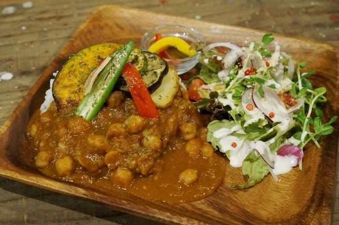 地元の食材にこだわる・・・やさいとひよこ豆のカレーはサラダとドリンクがセットです。極力地場野菜を使い、身体と心に美味しい一番人気のメニューです。