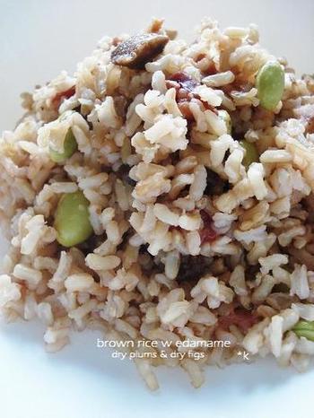 玄米やドライフルーツを一緒に混ぜた変わり種枝豆ごはん。 栄養もタップリです!