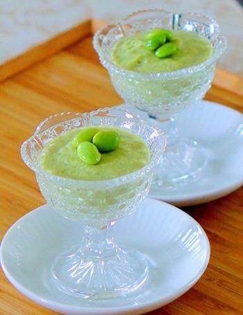 枝豆の風味が爽やかな枝豆豆腐。 くず粉の代わりにゼラチン、アガーを使ってもできますよ。
