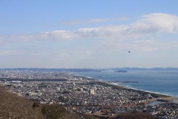 お山の頂上部分は公園として整備されており、見通しのいい日には展望台から江ノ島や富士山も望む事ができます。