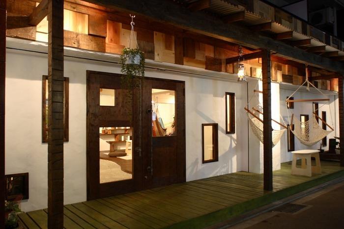 「マヒカマノ」(東京都 / 武蔵野市)・・・マヒカマノは吉祥寺にある、ハンモックのショールームを兼ねたハンモックカフェです。入り口には 目印にハンモックがぶら下がっています。健康な眠りやくつろぎ、インテリアへのコーディネートなどハンモックの魅力とライフスタイルを提案しています。客席の椅子が全てハンモックのユニークなカフェですよ!