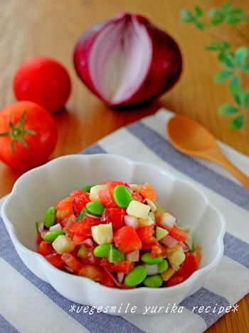 トマト、キュウリ、玉ねぎ、枝豆、色鮮やかなお野菜が鮮やか!チーズも一緒に合わせる事で、クリーミーさがプラスされ、優しいお味に。お好きなチーズは勿論、濃厚なチーズを使うと、よりクリーミーに!