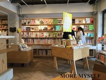 お店に入って右側にはたくさんの本が陳列され、書店の機能を果たします。雑誌の表紙が表に陳列され、わかりやすく選びやすいと好評です。店内の手前左手はカフェ、奥には雑貨の販売やギャラリースペースもあります。