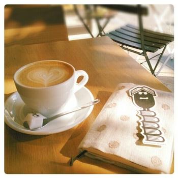 京都の自家焙煎専門店「WEEKENDERS COFFEE」の豆を使った美味しいカフェラテを、読書のお供に♪