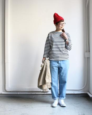 デニム×ボーダーカットソーのコーディネート。Amorpropio読者にも好きな方が多いのでは?  定番の着こなしをよりスタイルアップさせるには、小物使いが重要です。 赤いニット帽やおおぶりなメガネで視線を上に。足元はコンバースなどスニーカーで重さを出しましょう。  バッグも自然な雰囲気のものがおすすめ。リネンやコットン素材の布バッグ、天然素材のかごバッグをさらっと持って。
