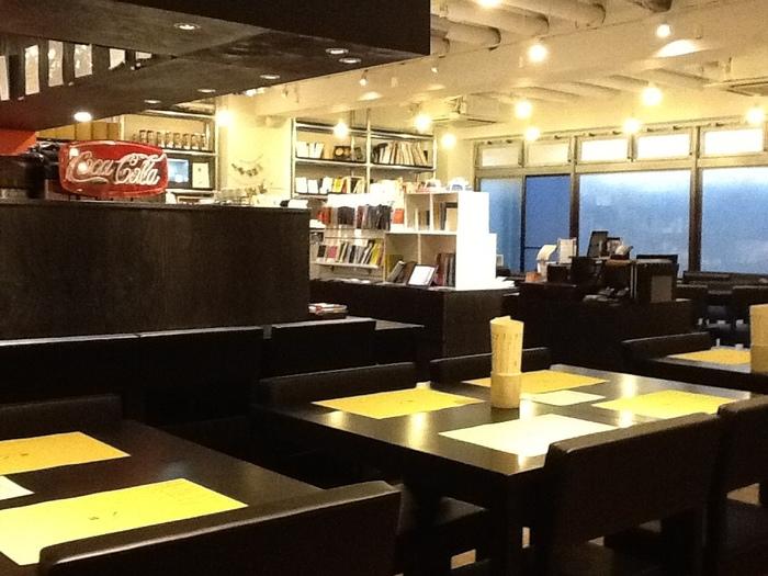 文房具カフェ(東京渋谷区)・・・表参道駅徒歩4分。個性豊かな文房具とライブラリーが楽しめる文房具カフェです。人と文房具の出会いは新しい何かを生み出す力になります。そんな筆記具、手帳などたくさんのオリジナル文房具に囲まれたおしゃれな空間。ライブラリでは日々の喧騒を忘れ、読書をたしなみながらゆったりとコーヒーを楽しむことができますよ!