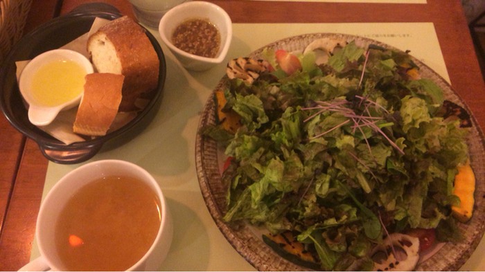 「彩り野菜のサラダプレート」・・・プチパンとスープ付きでライトでヘルシー。単品でもご注文頂けます。ランチタイムは11時〜17時だなんて嬉しいですね!青森県産津軽鶏やスペイン産ハモン・セラーなどを使用したフードメニューなど、どれもこだわりの一品ですよ!オリジナル文房具に囲まれながら美味しい本格的な食事が楽しめます。ランチやカフェタイムはもちろん、バーとしても利用できます。