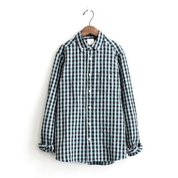 コートの胸元から見えるシャツも重要。こんなキュートなギンガムチェックのコットンシャツなら、好感度が一気にアップしそうです。