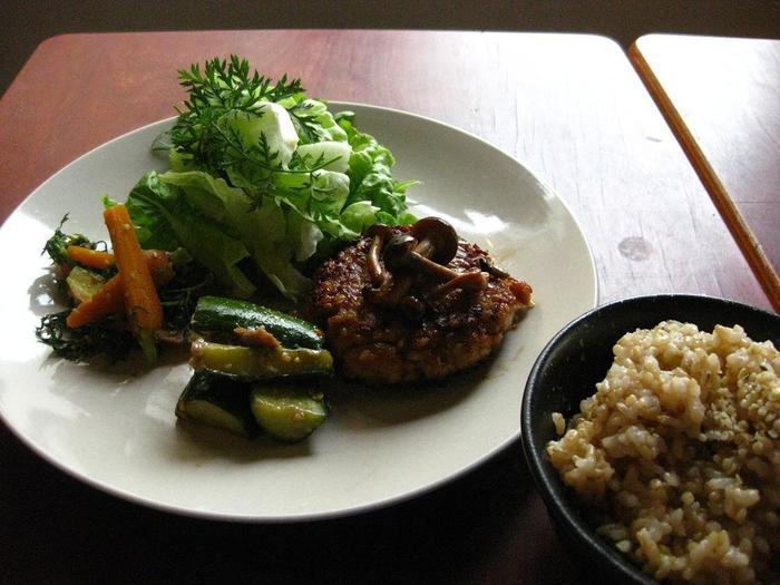 オーガニック野菜を使用・・・お店で出す野菜は、近郊の畑のものや自分たちの手で育てたもの。人気メニュー『大地の恵プレート』は、旬のオーガニック野菜がふんだんに使われていて、調理方法にもこだわっています。レンズ豆とナッツのベジバーグ・菊芋と種先菜のソテー・大根と菊芋のピクルスなど。自家製味噌のみそ汁の香ばしさと甘さも人気ですよ!
