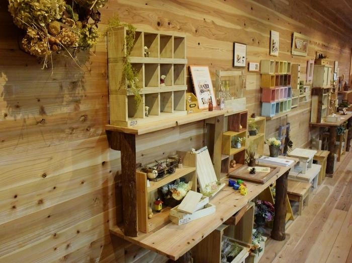 ワークショップ・・・ウッドロードが主催する木工教室では生徒さんたちの素敵な作品が次々と仕上がっていきます。ギャラリーも併設されているので椅子やテーブル、ステンドグラスなどの家具や生活雑貨を観てみましょう。お気に入りが見つかるかも!
