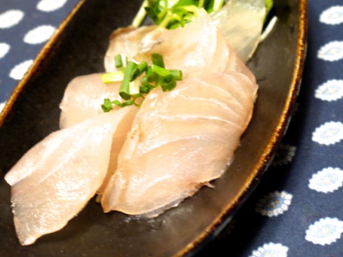 まるで小料理屋さんやお寿司屋さんでいただくような昆布締めをおうちで。鯛やスズキなどの淡白な味の刺身にぴったり合います。