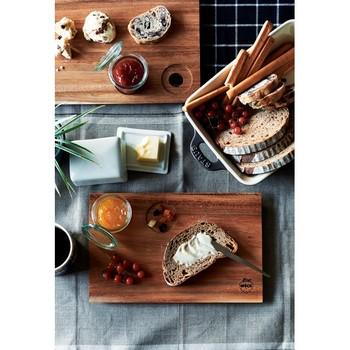 ガラスキャニスターにジャムをいれて、木製プレートにパンをのせて。朝食がとっておきの時間になりますね。