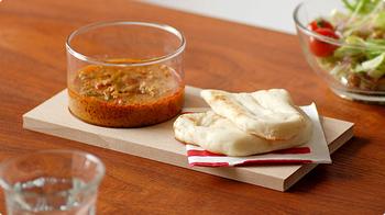 Lサイズより小さめのこちらは、グラスボウルにスープを入れてボードにはパンをのせて楽しめます。