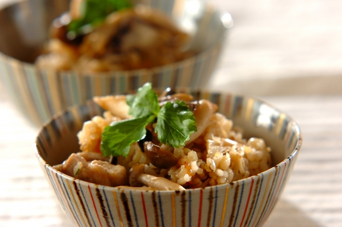 しめじ、エノキ、マイタケなどたっぷりキノコの炊き込みごはん。もち麦入りだと、いつもの炊き込みも楽しい食感に。仕上げに三つ葉を散らして彩りと風味をプラス♪