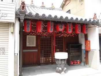 赤い人形がビッシリぶら下がった小さなお堂「庚申堂(こうじんどう)」は、ならまちのシンボル的な存在です。 【アクセス】近鉄奈良駅から徒歩約15分
