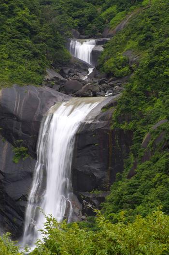 落差が60mもある滝です。 1番の特徴は滝の左側にある、250m×350mの巨大な一枚岩です。 巨大な岩と滝の組み合わせ自体が稀なので、こちらも注目すべきポイントです。