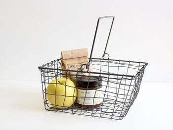 こちらはハンドルが付いた長方形の小さ目バスケット。 棚に並べて収納するのに便利だそうで、クロス類や文具、雑貨やCDなどを入れるのに丁度良いバスケット♪ ハンドルがついているので、可愛らしく収納出来そうですね♡