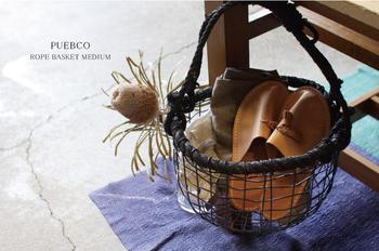 こちらはココヤシの実の外皮から作られた繊維の取っ手がとっても可愛らしいコロンとした形のワイヤーバスケット!ナチュラルな木製アイテムにも、スタイリッシュなコンクリートなどにも合うデザイン。