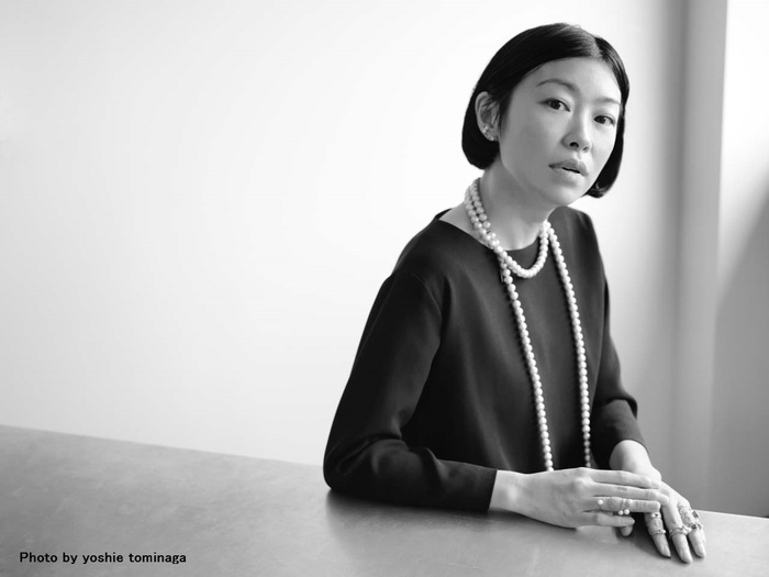 petite robe noireを手掛けるデザイナーの阿部好世さんは、高校卒業と同時に、ファッションを勉強するため単身渡米。ニューヨーク滞在中に古いコスチュームジュエリーに惹かれ、毎日のように蚤の市に通われていたそうです。