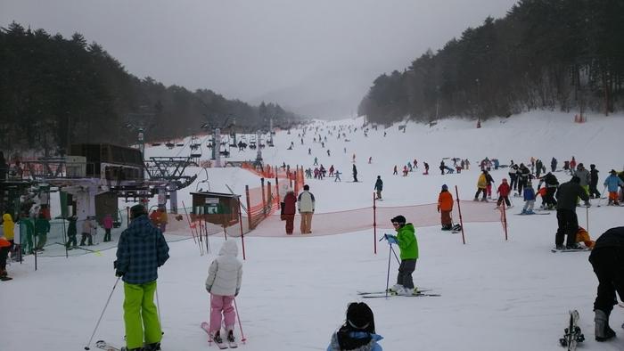冬には「治部坂高原スキー場」も人気で、シーズン期はこちらのように混雑することも。