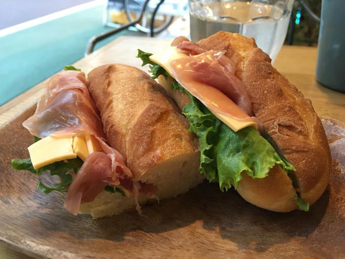ボリュームのあるサンドイッチ。シンプルながら、素材の美味しさを感じられる満足度の高い一品です。