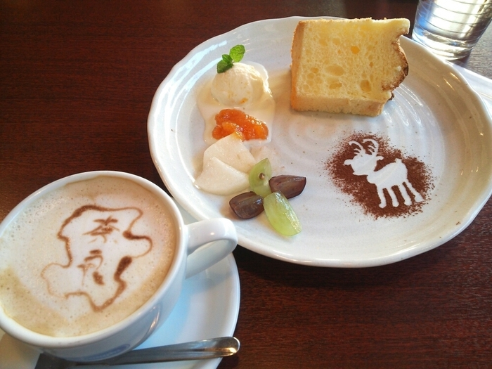 奈良県食材を使った「奈良ごはん」やお持ち帰り弁当なども扱っているお店ですが、この可愛いスイーツプレートときたら…。 各種ラテにはもれなくキュートなラテアートを描いてもらえます。