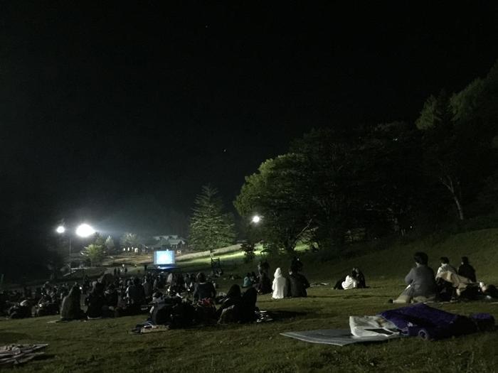 星空観賞エリアでは、寝転んだり、座ったりして、ゆっくりと星空を眺めることができます。 レジャーマットやクッションなど持っていくのがおすすめです♪