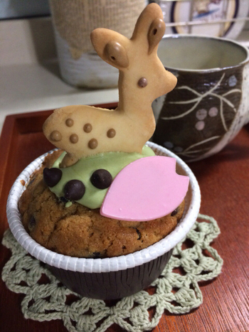 鹿のクッキーがちょこんと立ったなんとも可愛らしい鹿マフィン。お友達へのお土産に喜ばれること間違いなしです。まるでパリのお菓子屋さんのようなお洒落なお店には、ほかにも思わず笑顔になる可愛いお菓子と雑貨がたくさん並んでいます。
