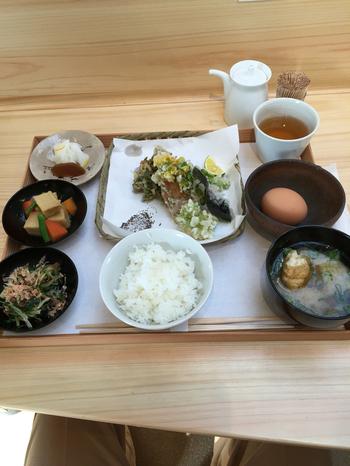 「鹿の舟」は、奈良の老舗カフェとして名高い「くるみの木」がならまち観光の拠点としてプロデュースした複合施設です。観光案内所「繭(まゆ)」、マルシェ「竃(かまど)」、カフェ「囀(さえずり)」の3棟があり、「竃」はその名の通り施設中央に本格的な竃が据えられていて、炊きたての美味しいご飯と奈良の旬の食材を使ったご飯がいただけます。
