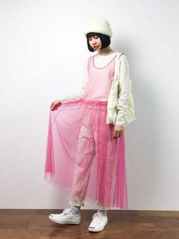 春のトレンドカラー、ピンクのチュールも大人気。人とは違うファッションを楽しみたい方におすすめです。合わせるコーデは色数を抑えるのがポイント。