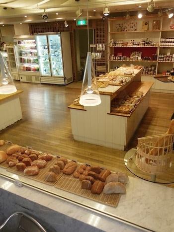 パンとデリとコーヒーをメインとした、イートインもテイクアウトもできる女性に人気のお店です。