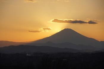 美しい富士山のシルエット。よく晴れた日には、とてもきれいに富士山を望むことができます。