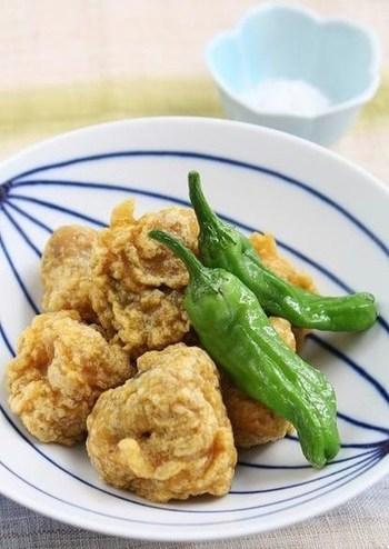 衣にカレー粉をくわえたちょっぴりスパイシーな天ぷら。揚げたてのアツアツを食卓に出せば、ほんのり漂うカレーの香りに歓声が上がります。