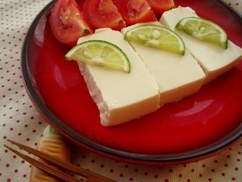 水きりした豆腐を塩麹に漬けて3~5日。どんどんねっとりとした食感に変化していくので、お好みのタイミングでいただいて。
