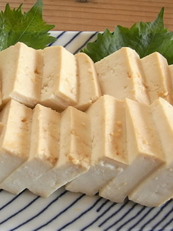 砂糖や日本酒などの調味料と味噌をあわせたものに豆腐を漬けて。塩麹漬けと同様に、水分が抜けてねっとりとしたまるでチーズのような食感になります。