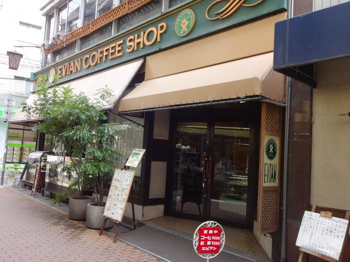 外観は、まるで昭和にタイムスリップしたかのよう。 通りのニューフェイスのショップも一目置く老舗は存在感があります。