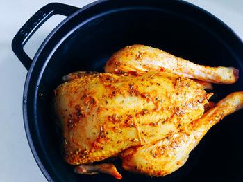 ストウブが得意とする豪快な肉料理。焦がさずに中まで火を通すのが意外と難しいローストチキンもストウブを使えば大丈夫。お鍋ごとオーブンで蒸し焼きにできるので、ジューシーに仕上がります。